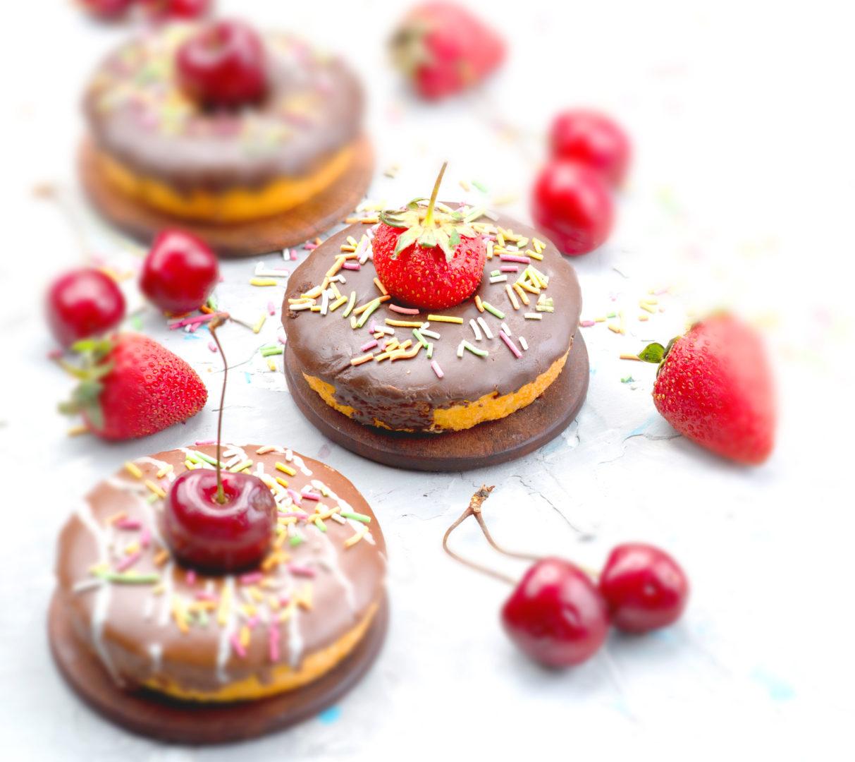 画像に alt 属性が指定されていません。ファイル名: front-view-little-chocolate-donuts-with-designed-fruits-top-cake-fruit-1213x1080.jpg